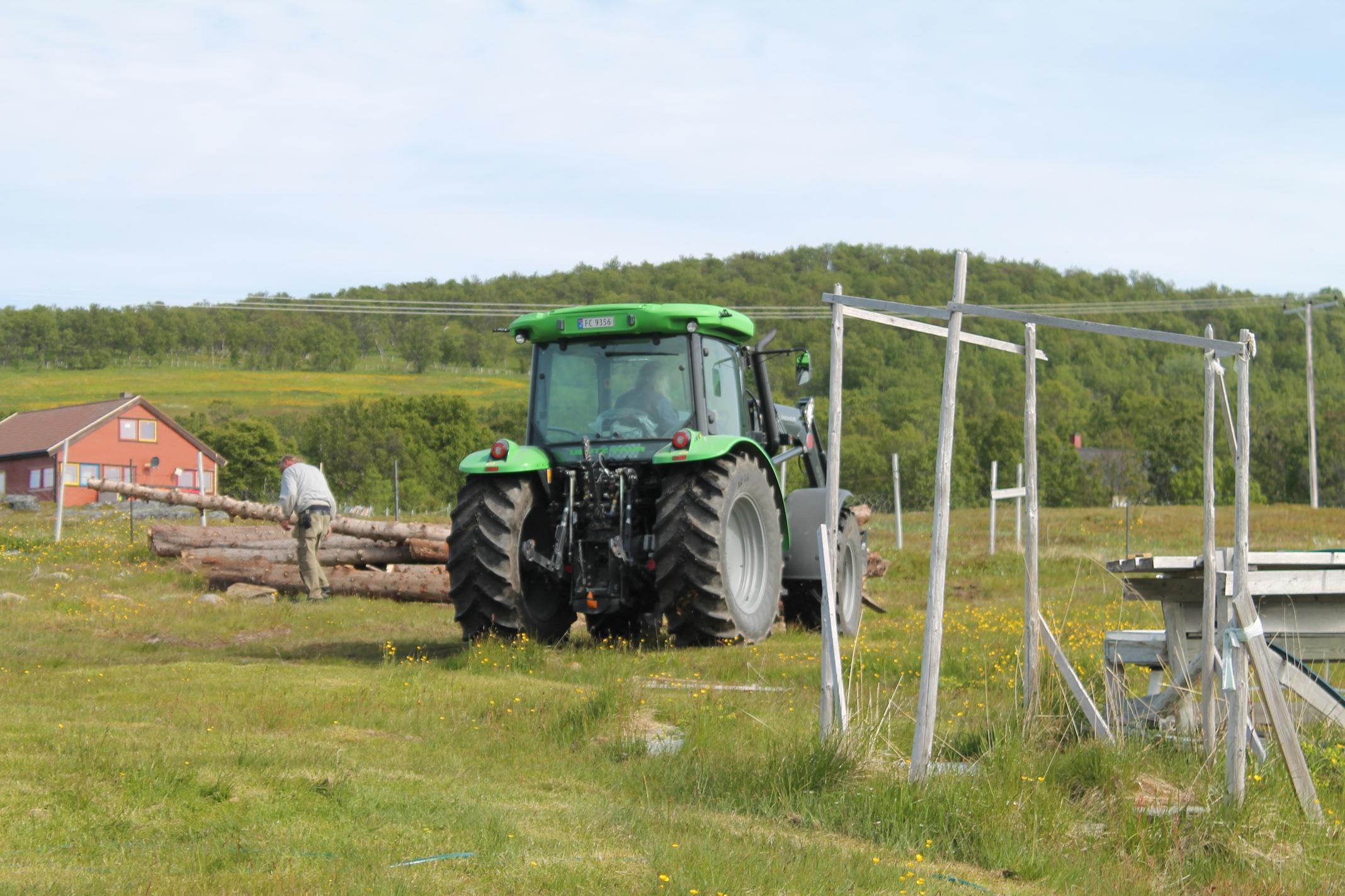 Svein-Egil Haugen frakter ved med traktor