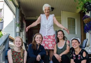 På besøk hos Inga Karlsen (83) i Tysfjord.